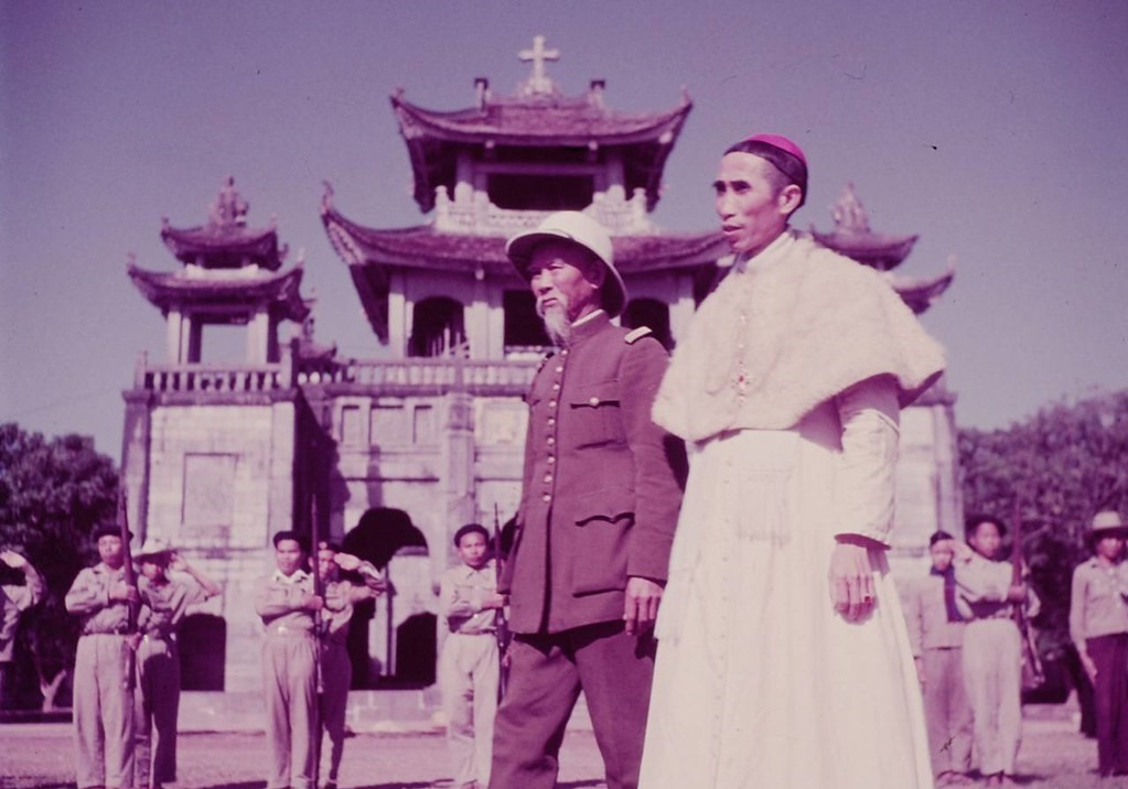 Bishop Le Huu Tu and Ho Chi Minh visit troops in Hadong, February 1952